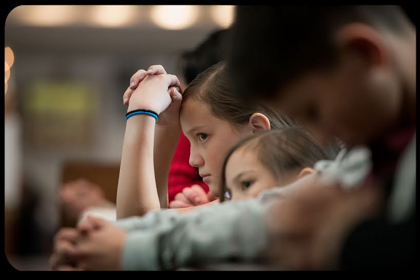 Come i genitori stanno rubando ai figli il dono della Messa.