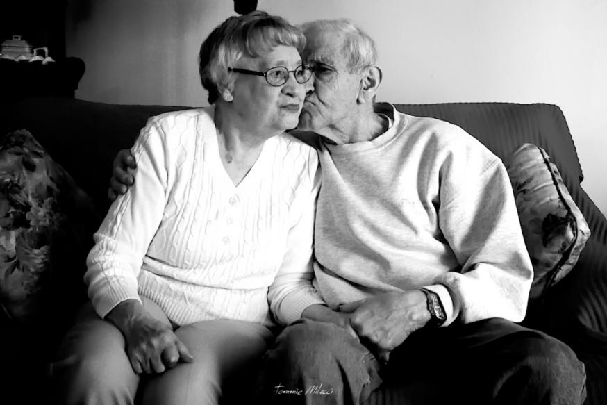 Il verbo amare si coniuga solo al presente.