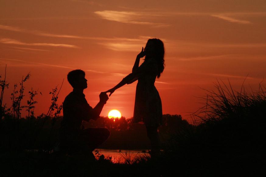 Perché l'uomo si inginocchia davanti alla donna che ama?